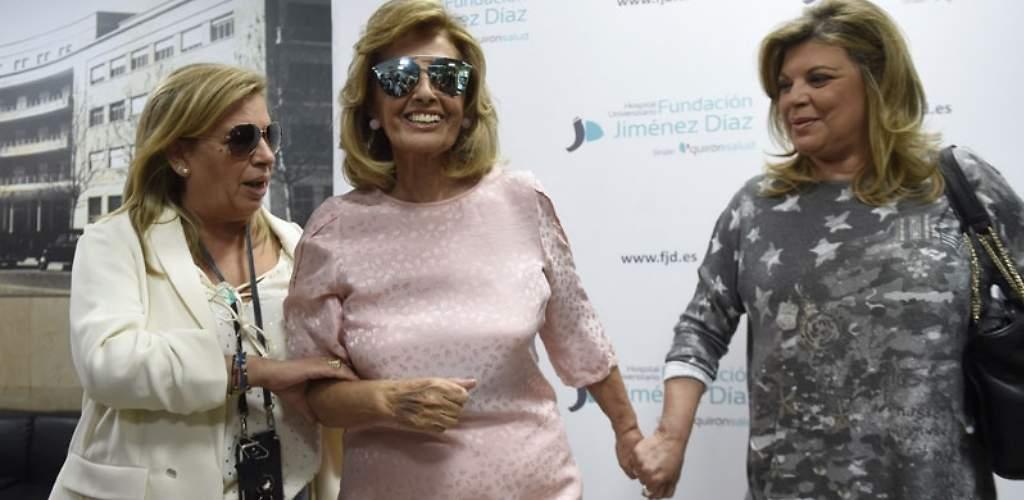 Mª Teresa abandona el hospital sonriente y con gafas de sol