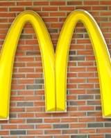 Loraine Maurer, de 94 años, celebra su 44 aniversario sirviendo hamburguesas en McDonalds