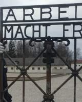 El lema El trabajo te hace libre regresa al campo de concentración de Dachau pero no al lugar original