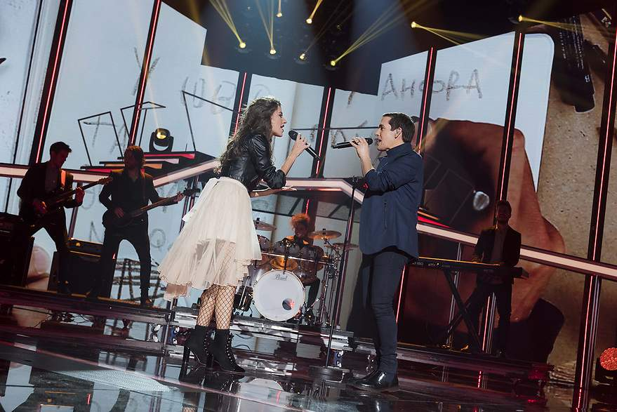 Ana Guerra cantando con Maldita Nerea - 880x