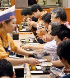 Japón: la escasez de mano de obra eleva los salarios bajos pero acelera la robotización