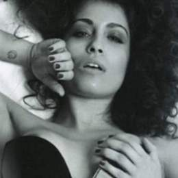 Hiba Abouk, desnuda frente al espejo