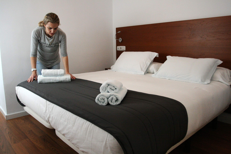 Los sindicatos denuncian la precariedad de las camareras for Trabajo de camarera de pisos