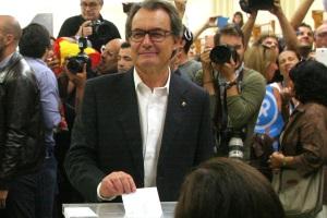 27S-ArturMas-votandoLuisMoreno.jpg