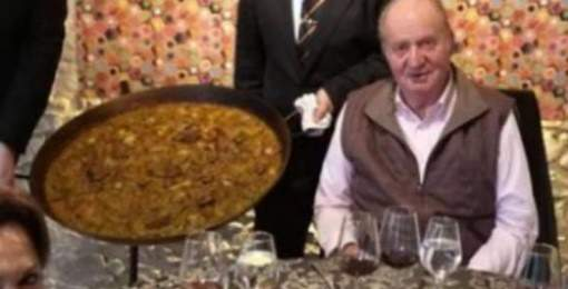 Don Juan Carlos disfruta de una paella dominguera
