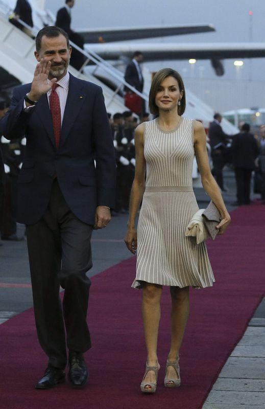 La reina estrenó vestido de rayas color arena de Hugo Boss, combinado con artículos ya usados anteriormente. - 1024x