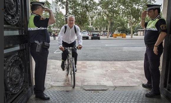 El nuevo alcalde de Valencia Joan Ribó llega al Ayuntamiento en bicicleta