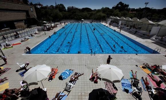 El ayuntamiento de madrid baja el precio de las piscinas for Piscina municipal vicente del bosque