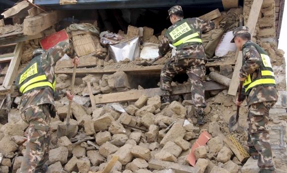 nepal-policia-escombros-reuters.jpg