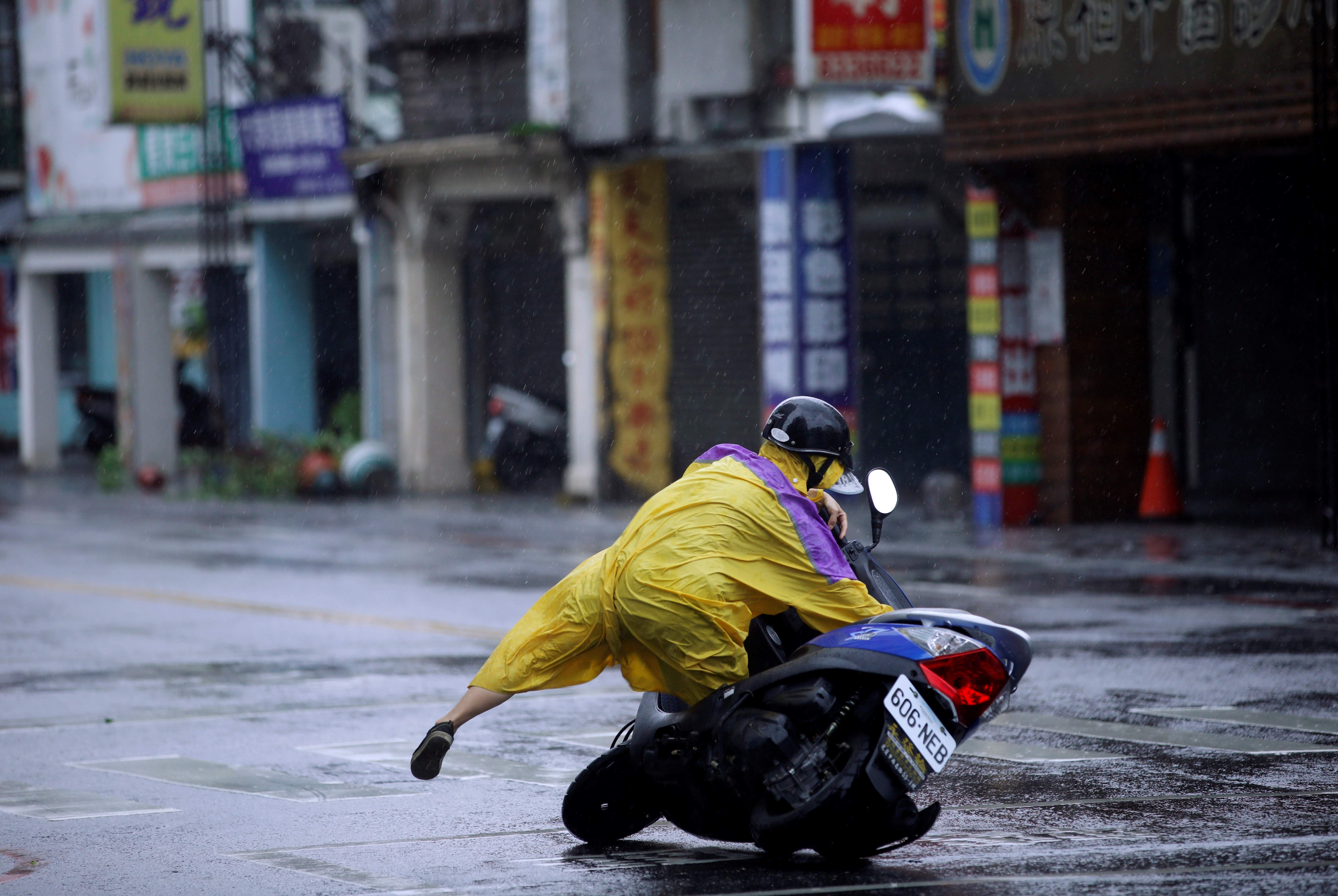 taiwan-tifon-megi-motociclista-770x420-reuters.jpg