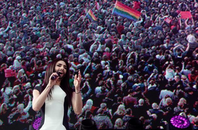 Conchita Wurst canta en el centro de Viena ante miles de personas