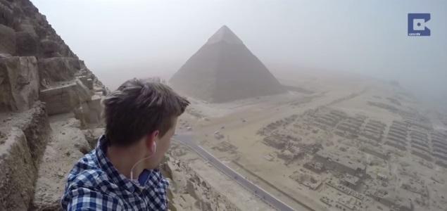 turista-aleman-piramide-egipto.jpg