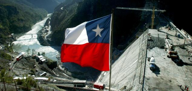 chile_bandera_presa.jpg