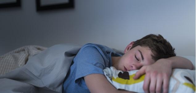 Dormir sobre adolescente adolescente