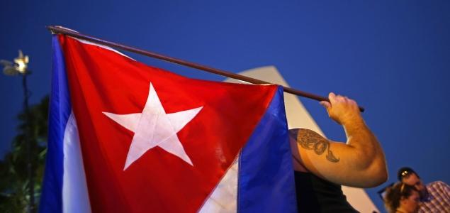Cuba-bandera-hombre-brazo-635-REUTERS.jpg