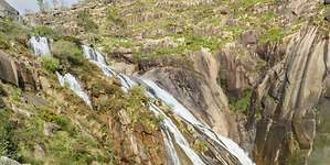 Una cascada de 40 metros al océano Atlántico, un bello rincón gallego