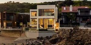 14 millones de dólares por esta mansión a pie de mar en Malibú