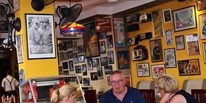 Los paladares cubanos, en peligro por servir langosta o alcohol de contrabando