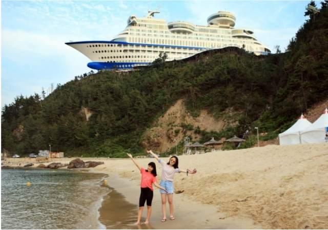 El hotel-crucero del acantilado