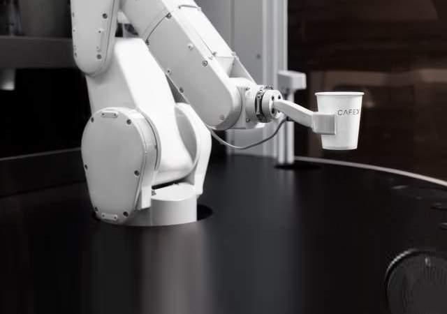 Brazo robótico que hace cafés VIP