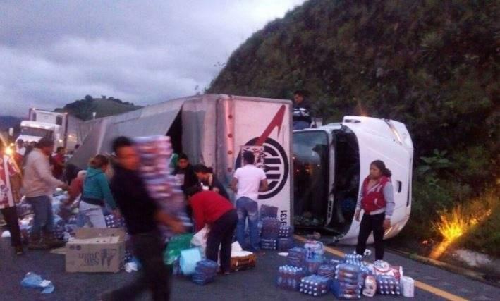 Vuelca camión con víveres para damnificados y civiles se los roban (+fotos)