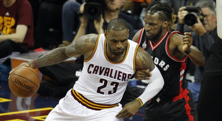 Irving y LeBron arrasan a Toronto y toman ventaja en la final del Este d3481e26f180d