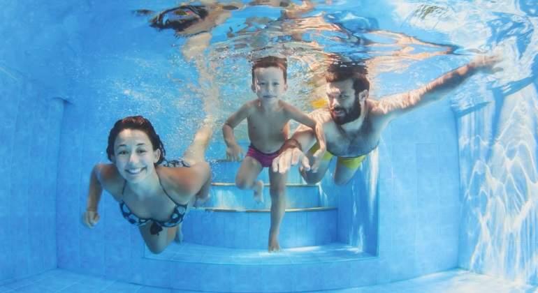 piscina-familia-dreamstime.jpg