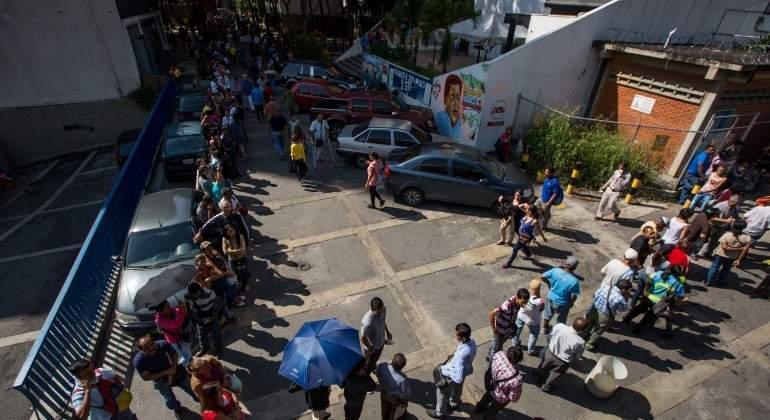 fila-personas-banco-central-venezuela-efe-770x420.jpg