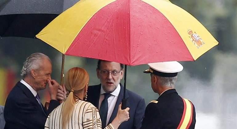 rajoy-cifuentes-paraguas-efe.jpg