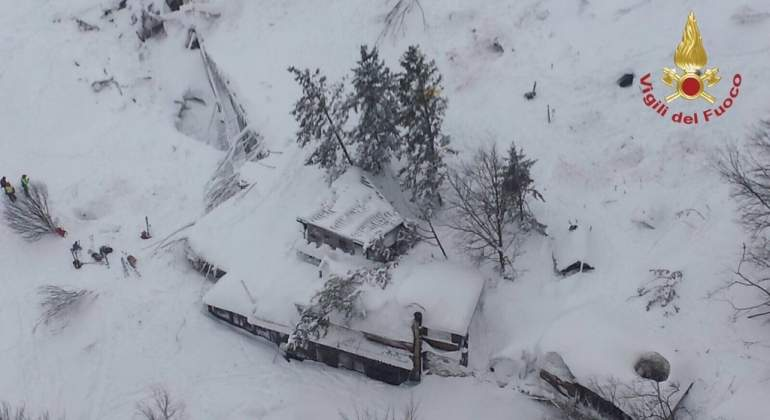 hotel-sepultado-nieve-italia.jpg
