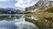 El lago de la Ercina uno de los lagos de Covadonga en Asturias