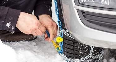 ¿Sabe cómo poner las cadenas y qué tipos existen? Consejos a tener en cuenta para conducir seguro y que no le multen