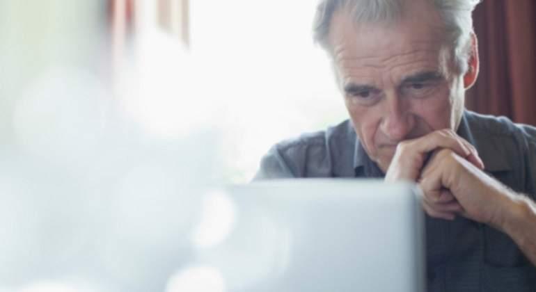 jubilado-pensativo-ordenador-getty.jpg