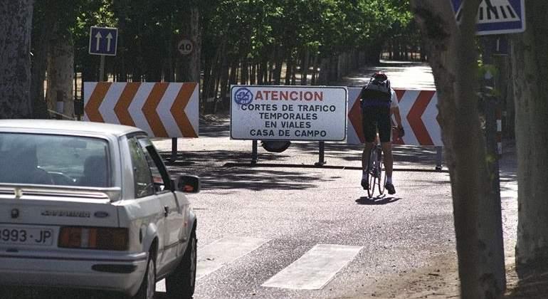 ciclista-coche-casa-campo.jpg