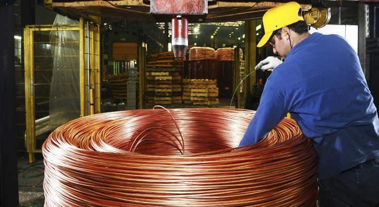 cobre-trabajador-istock.jpg