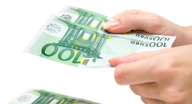 billetes-cien-euros-manos-mujer-dreamstime.jpg