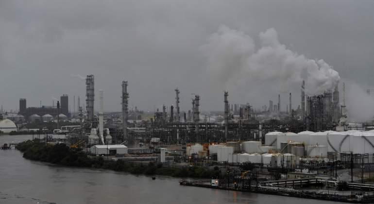 Suben los precios mundiales de petróleo por el impacto del huracán Harvey