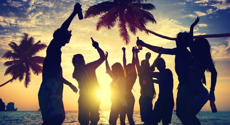 adolescentes-bebida-playa-dreamstime.jpg