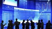 Varias personas que parecen inversores hablan sobre un fondo con grficas