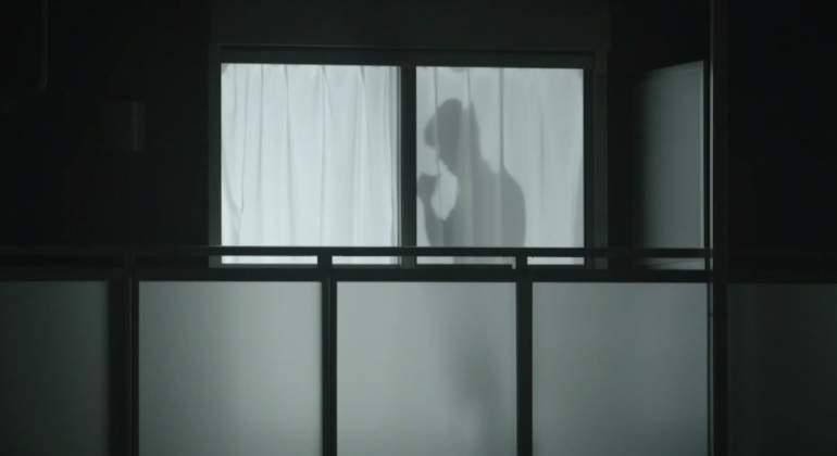 El hombre en la cortina