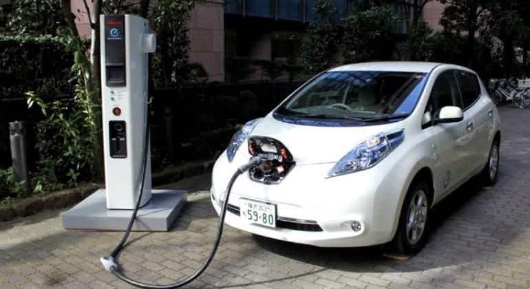 coche-electrico-recargando.jpg
