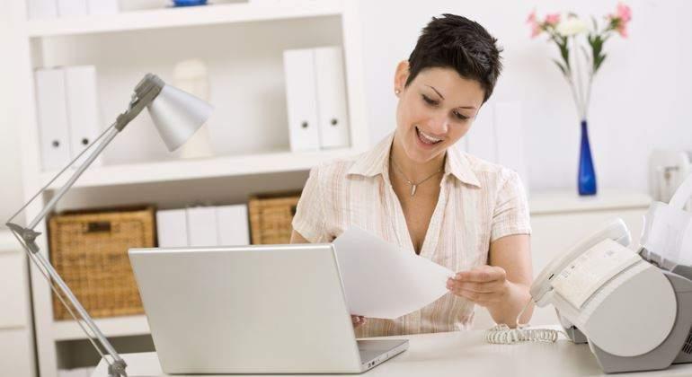 mujer-trabajadora-despacho-770-dreams.jpg
