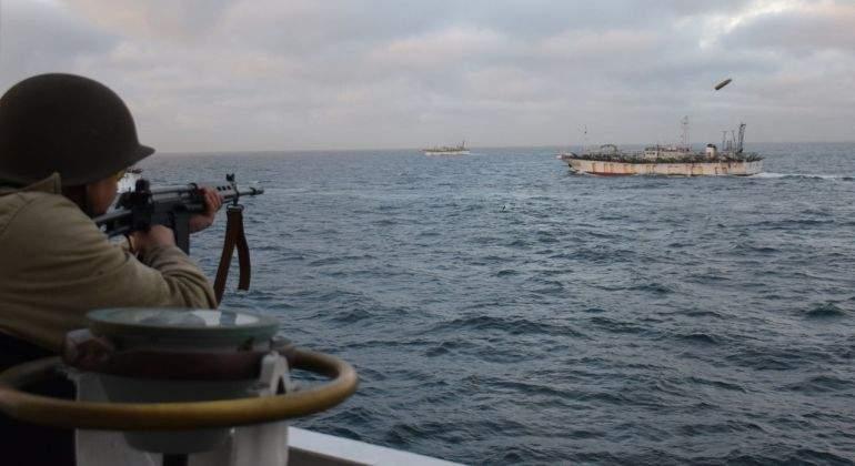 barco-pesquero-con-bandera-china-Jing-Yuan-626.jpg