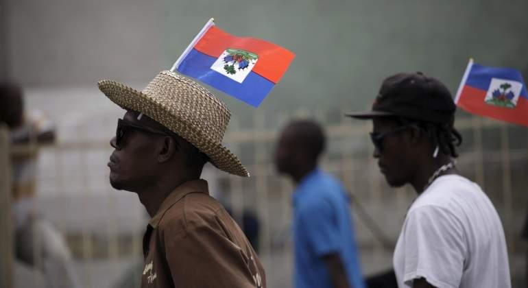 haiti-gente-bandera-reuters.jpg