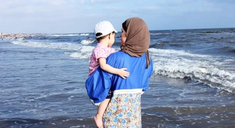 madre-musulmana-bebe-gorra-dreamstime.jpg