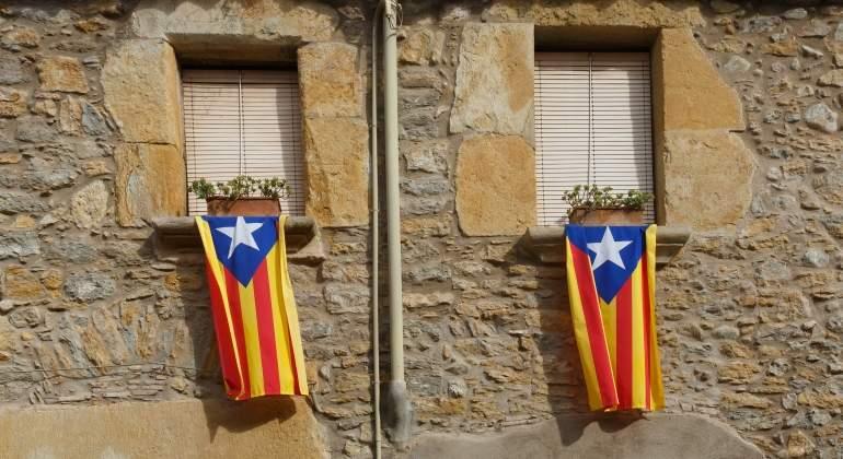 banderas-cataluna-casa-dreamstime.jpg