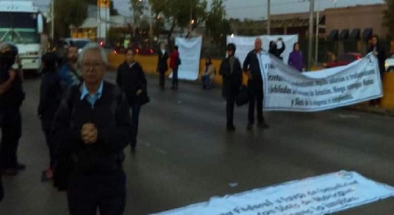 Jubilados de Mexicana de Aviación orotestan en inmediaciones del AICM