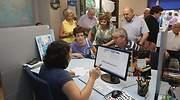 Personas mayores son atendidas en una agencia de viajes