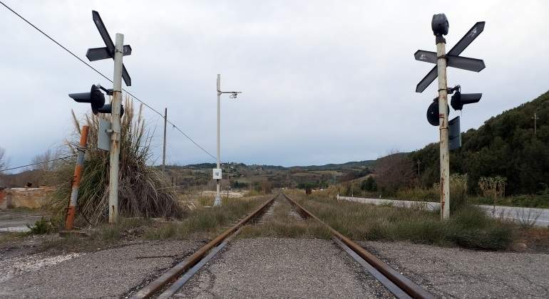 Mueren dos personas al ser arrollado su coche por un tren en un paso a nivel de la localidad granadina de Dólar