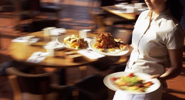 camarera-platos-getty.jpg